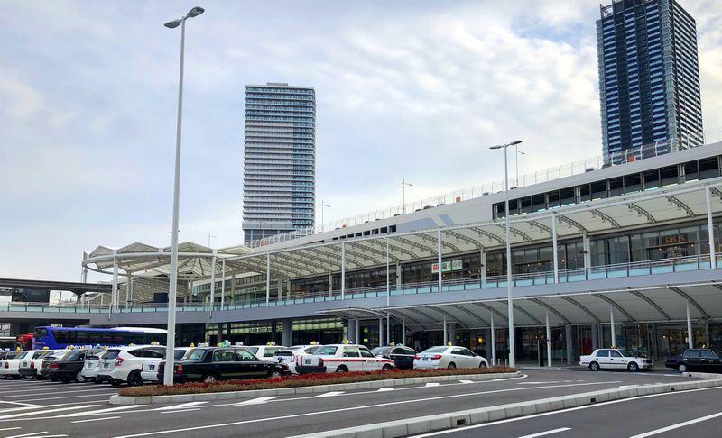 広島駅を行き交う人々と、エキキタの風景